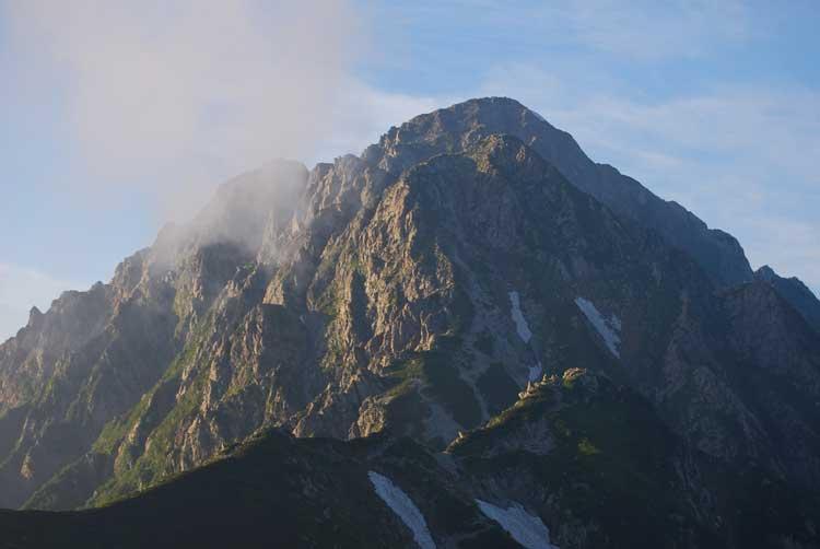 """剱山荘近くの""""クロユリのコル""""から観る剣岳・別山尾根"""
